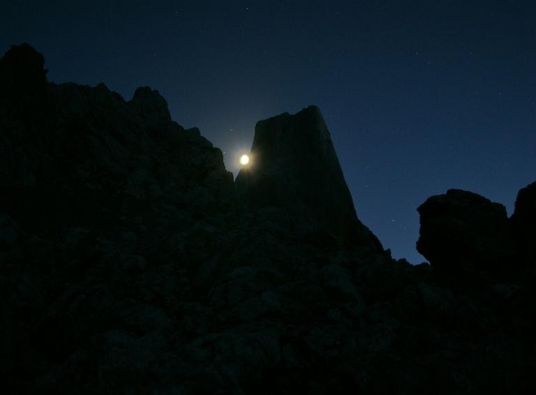 Estrellas y luna recortada por el Urriellu